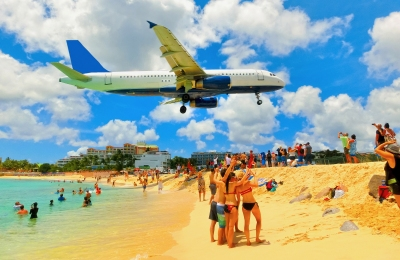 Maho Beach Strand am Flughafen St Maarten (Solarisys / stock.adobe.com)  lizenziertes Stockfoto  License Information available under 'Proof of Image Sources'