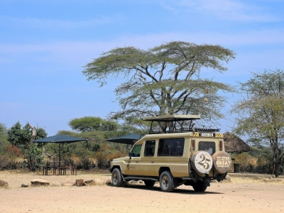 Tanzania (Serengeti National Park) Safari vehicle (Güldem Üstün)  [flickr.com]  CC BY  License Information available under 'Proof of Image Sources'